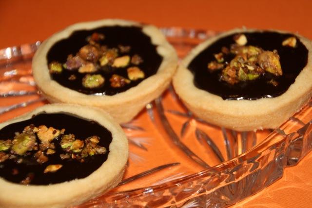 Dunkle Schokoladen-Ganache im Mürbteig mit Pistazien
