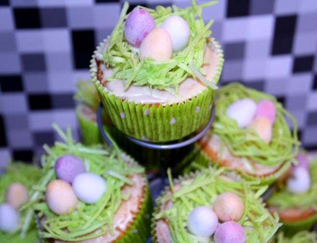 Pudding-Muffins mit Esspapier-Gras und Schoko-Eier