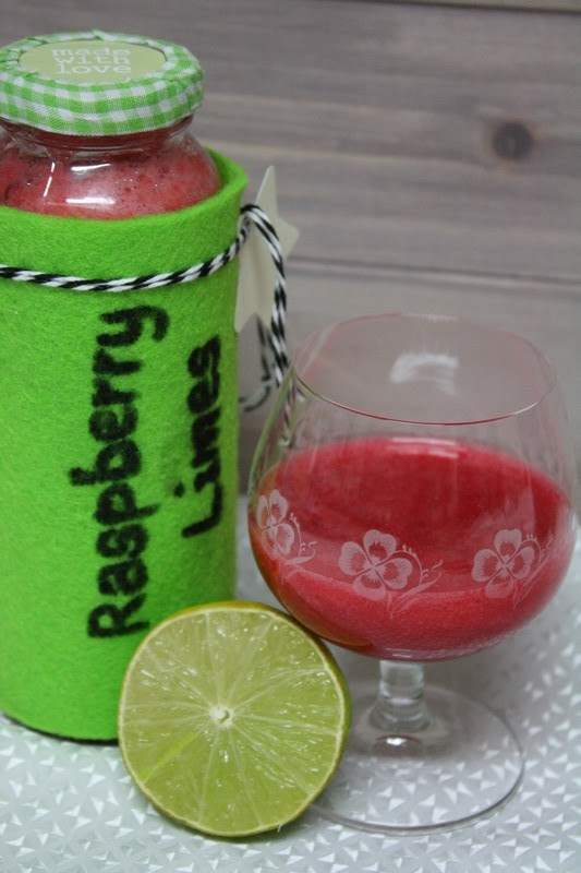 Himbeerlikör mit Wodka, braunem Zucker und Lemone