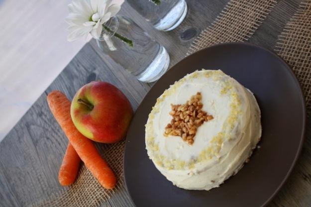 Apfel-Karotten-Kuchen mit Haselnusskrokant