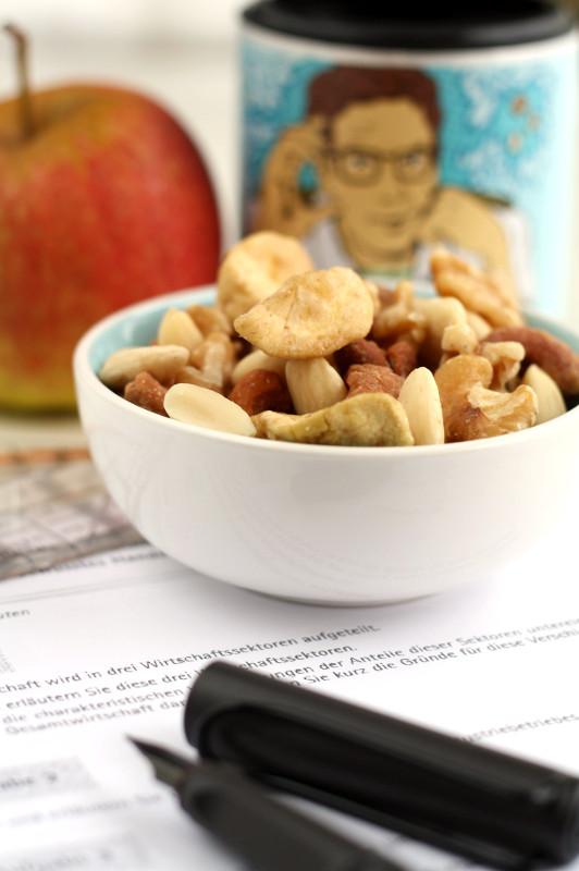 Studentenfutter Apfelchips, Mandeln, Walnüsse, Cashewkerne