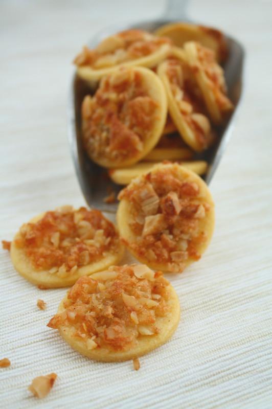 Tortilla-Häppchen mit würzigem Nussmix und Käse